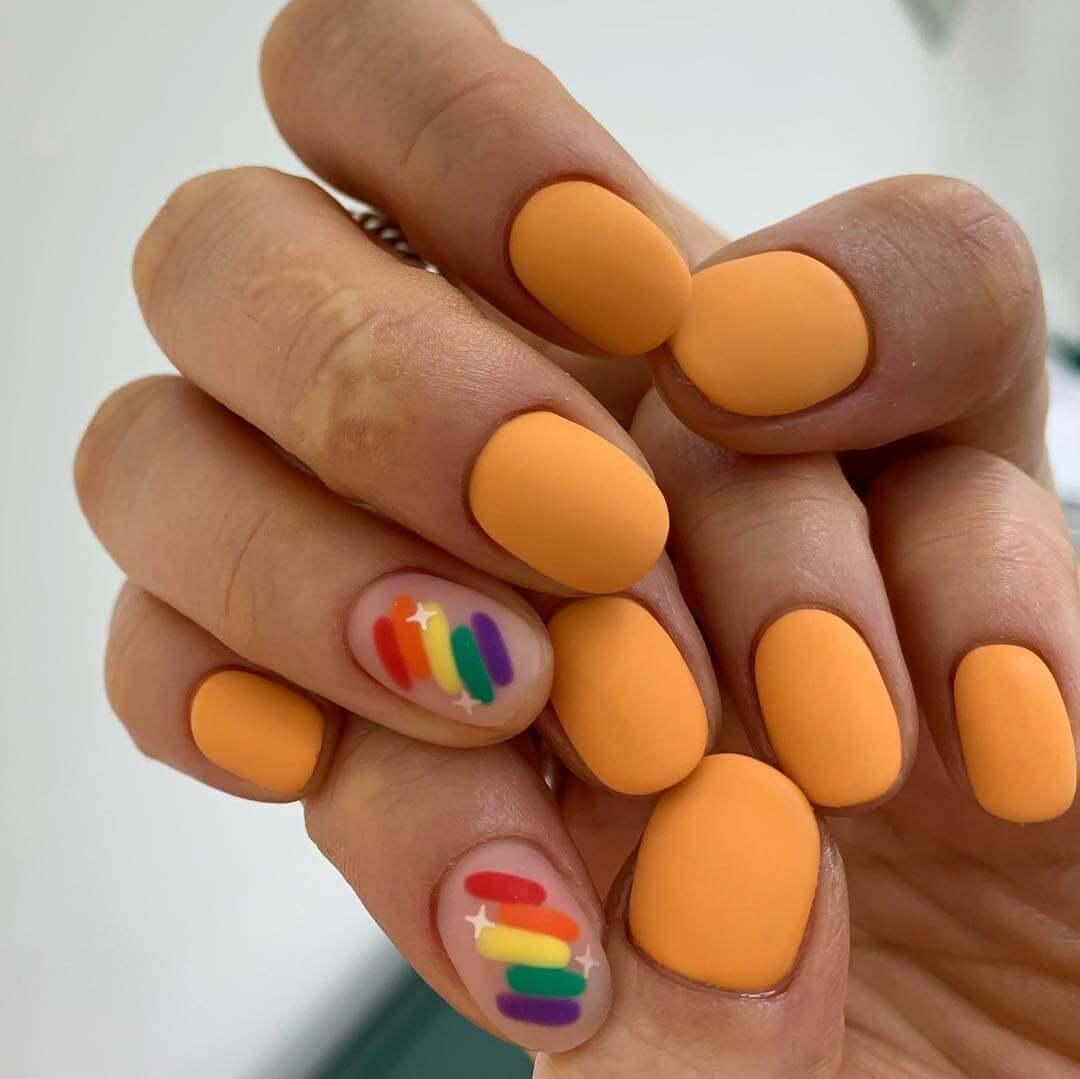 uñas color naranja mate y colores