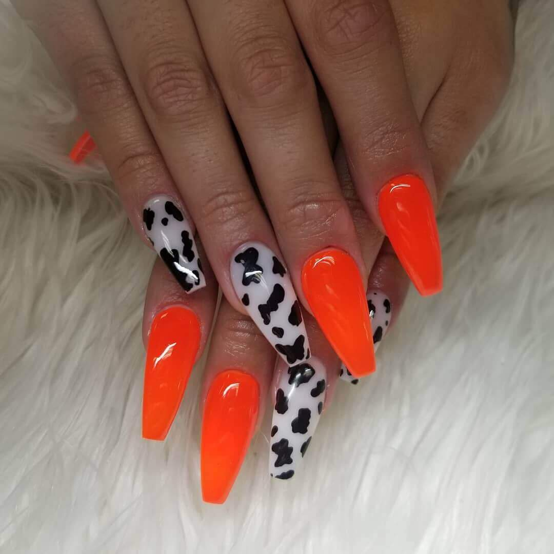 uñas color naranja neon animal print