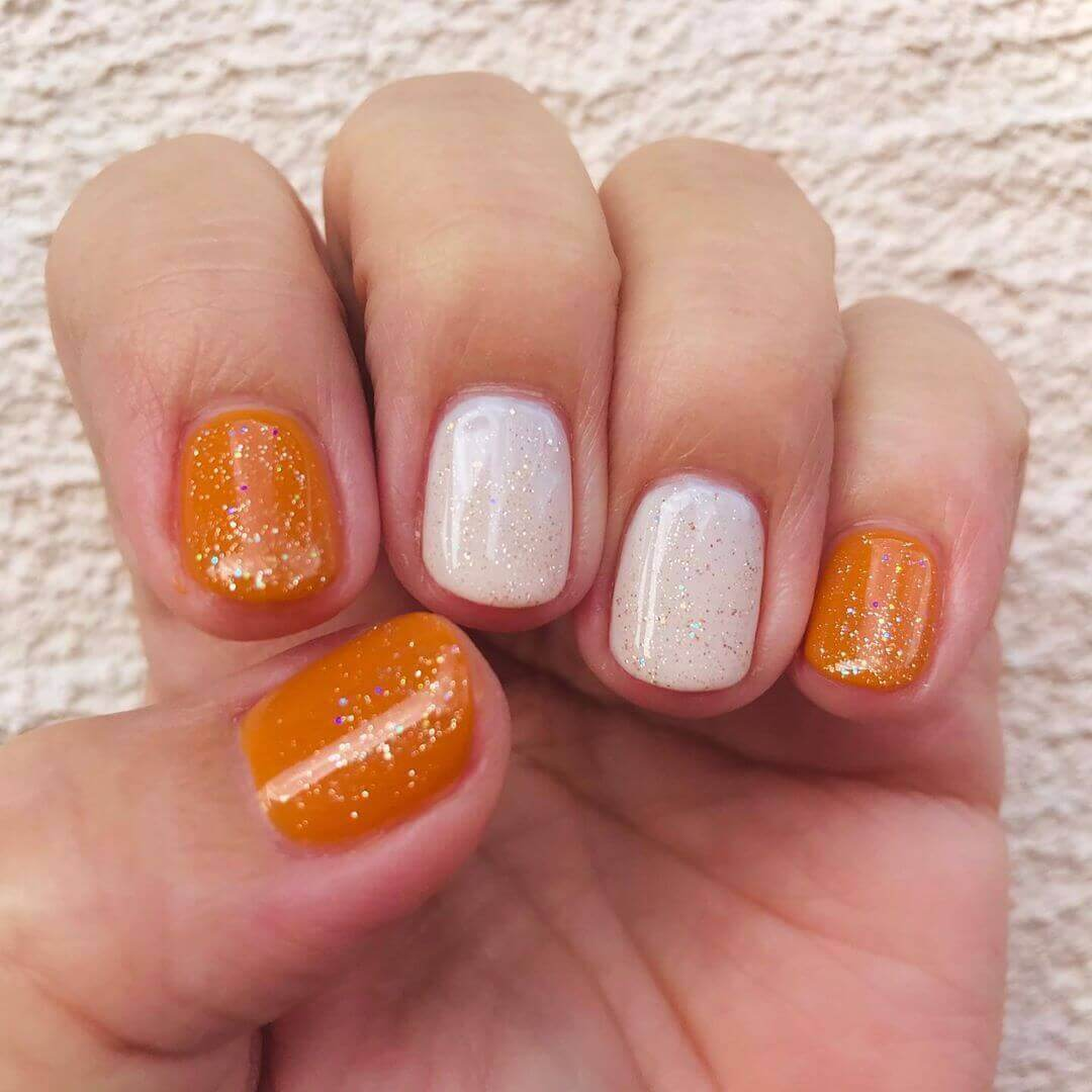 uñas color naranja sencillas con blanco