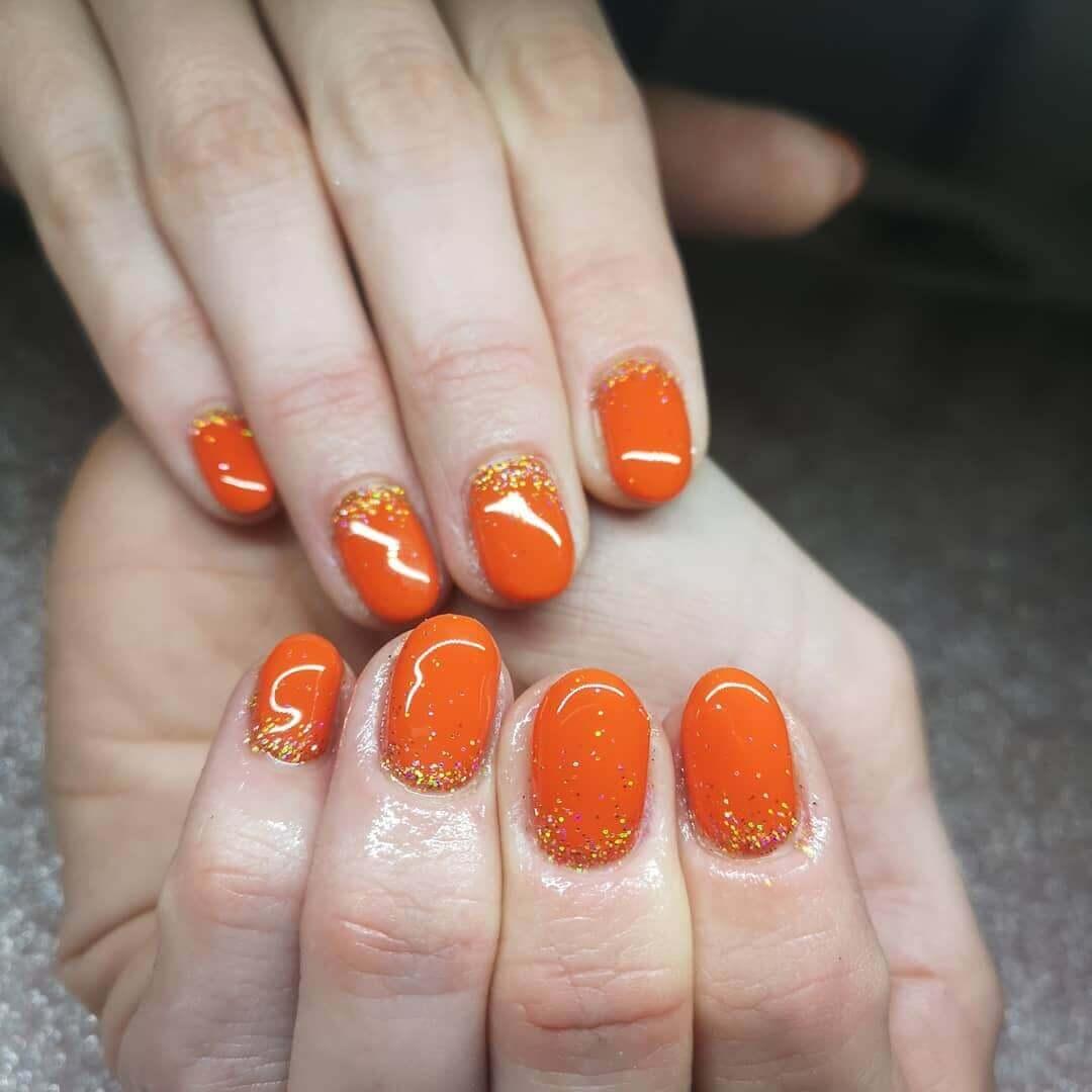 uñas color naranja sencillas con dorado