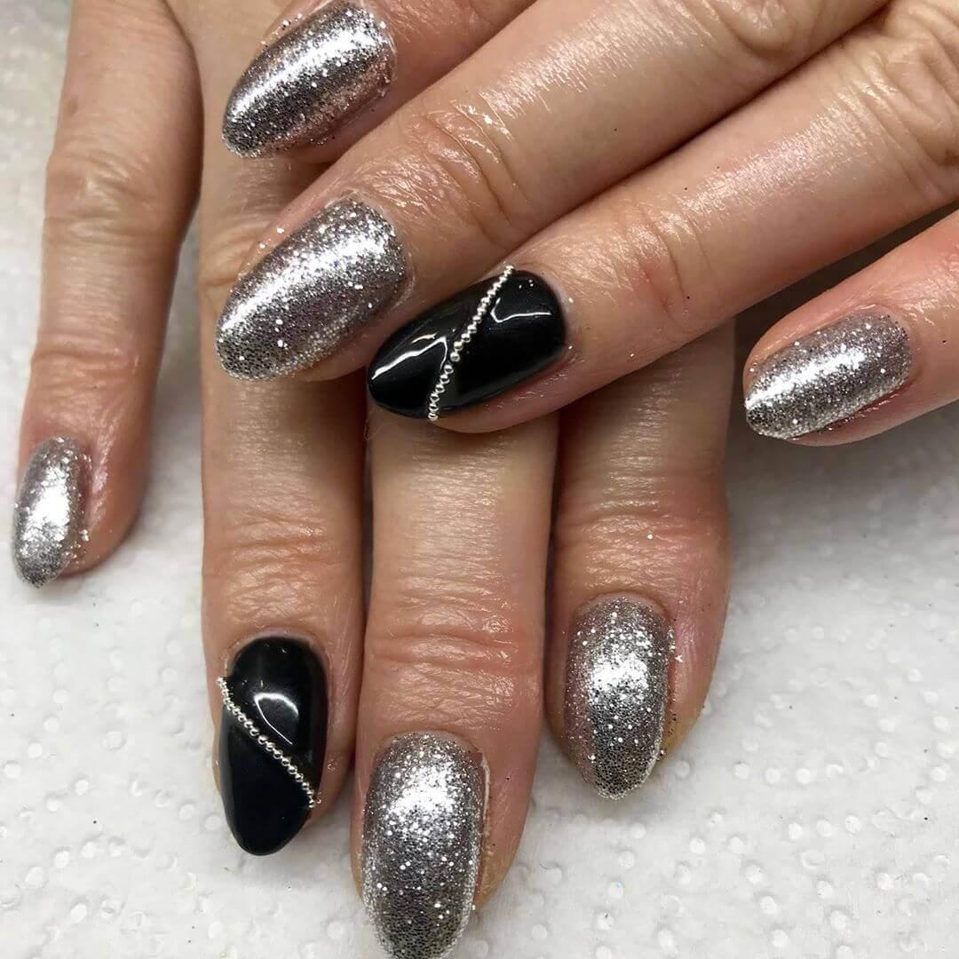 uñas color plata con negro