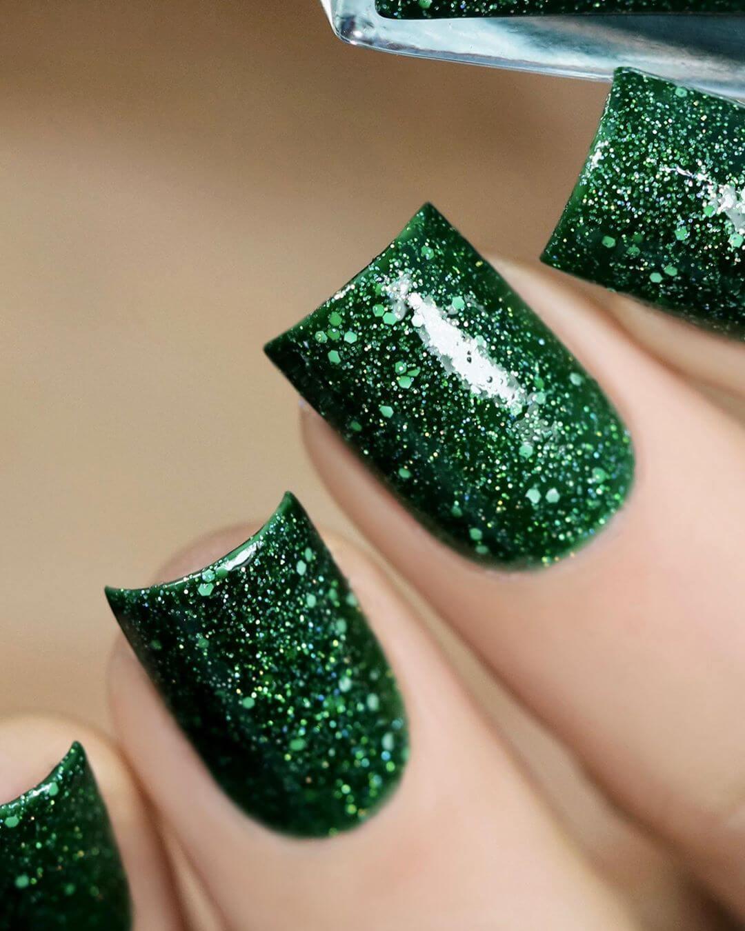 uñas color verde con glitter