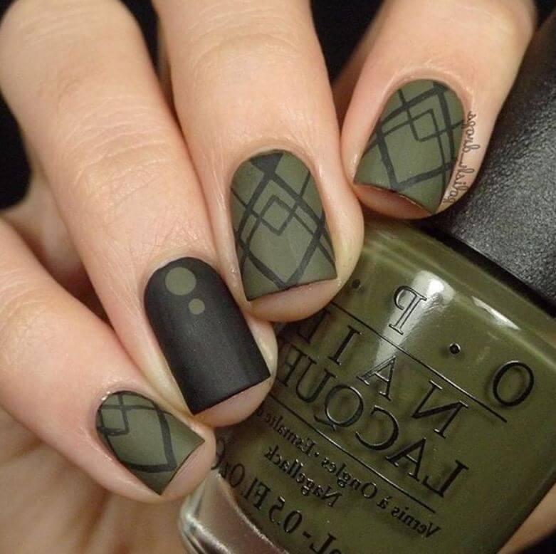 uñas color verde militar con negro