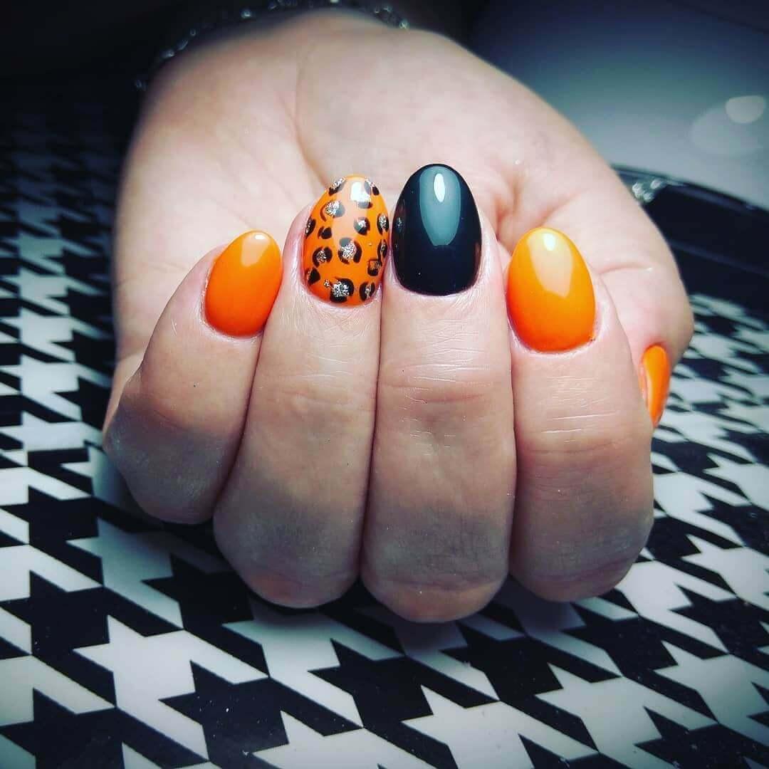 uñas con diseño en color naranja