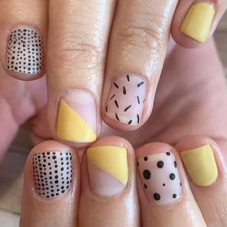 uñas cortas decoradas en amarillo
