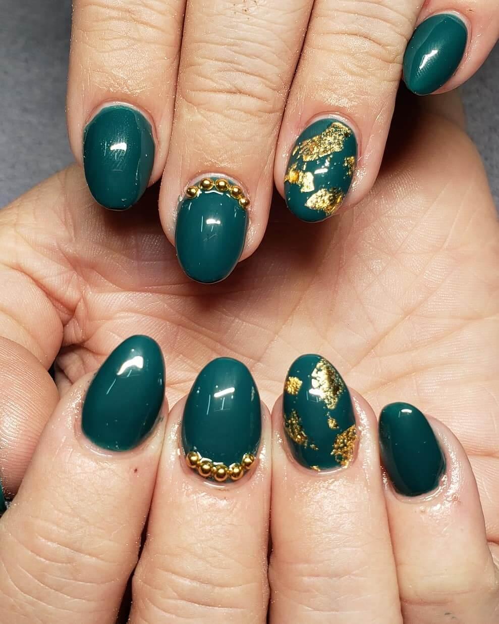 uñas cortas verde con dorado