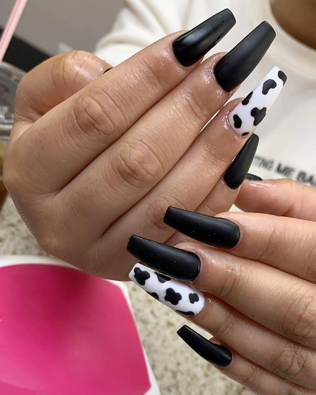 uñas de acrilico blancas con negro