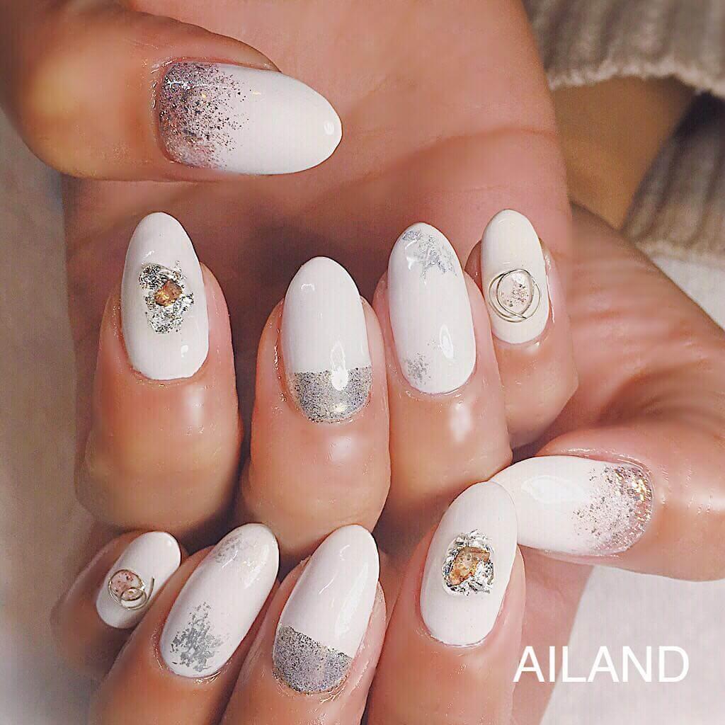 uñas decodadas blancas con plata