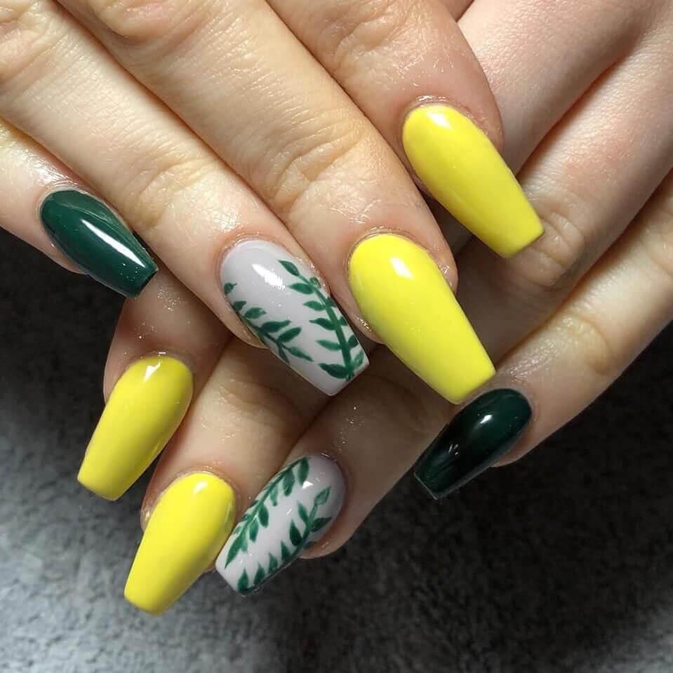 uñas decoradas amarillas con verde