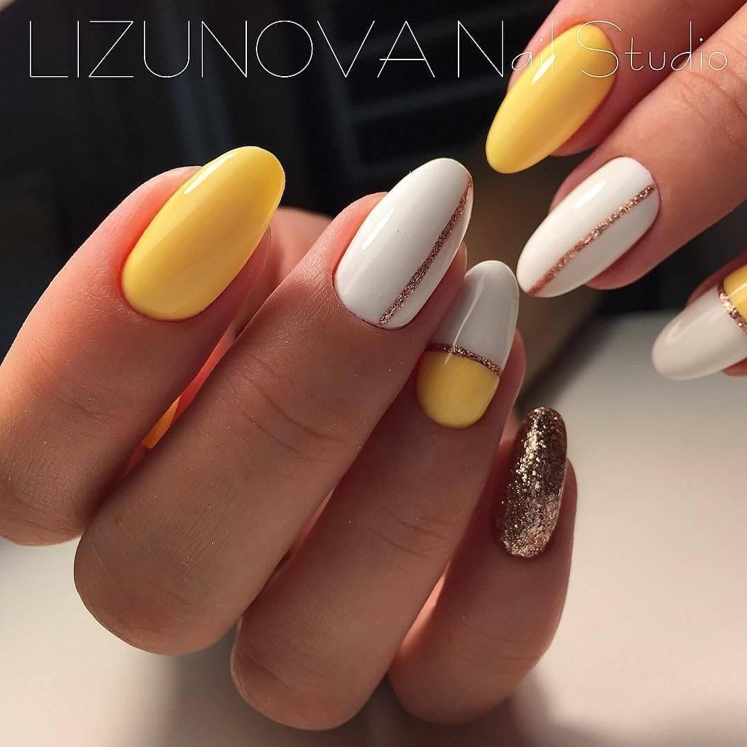 uñas decoradas amarillo pastel con blanco y dorado