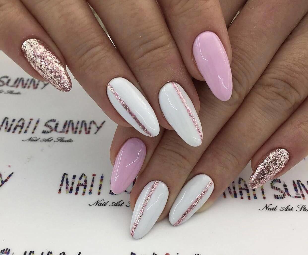 uñas decoradas blancas con rosa y dorado