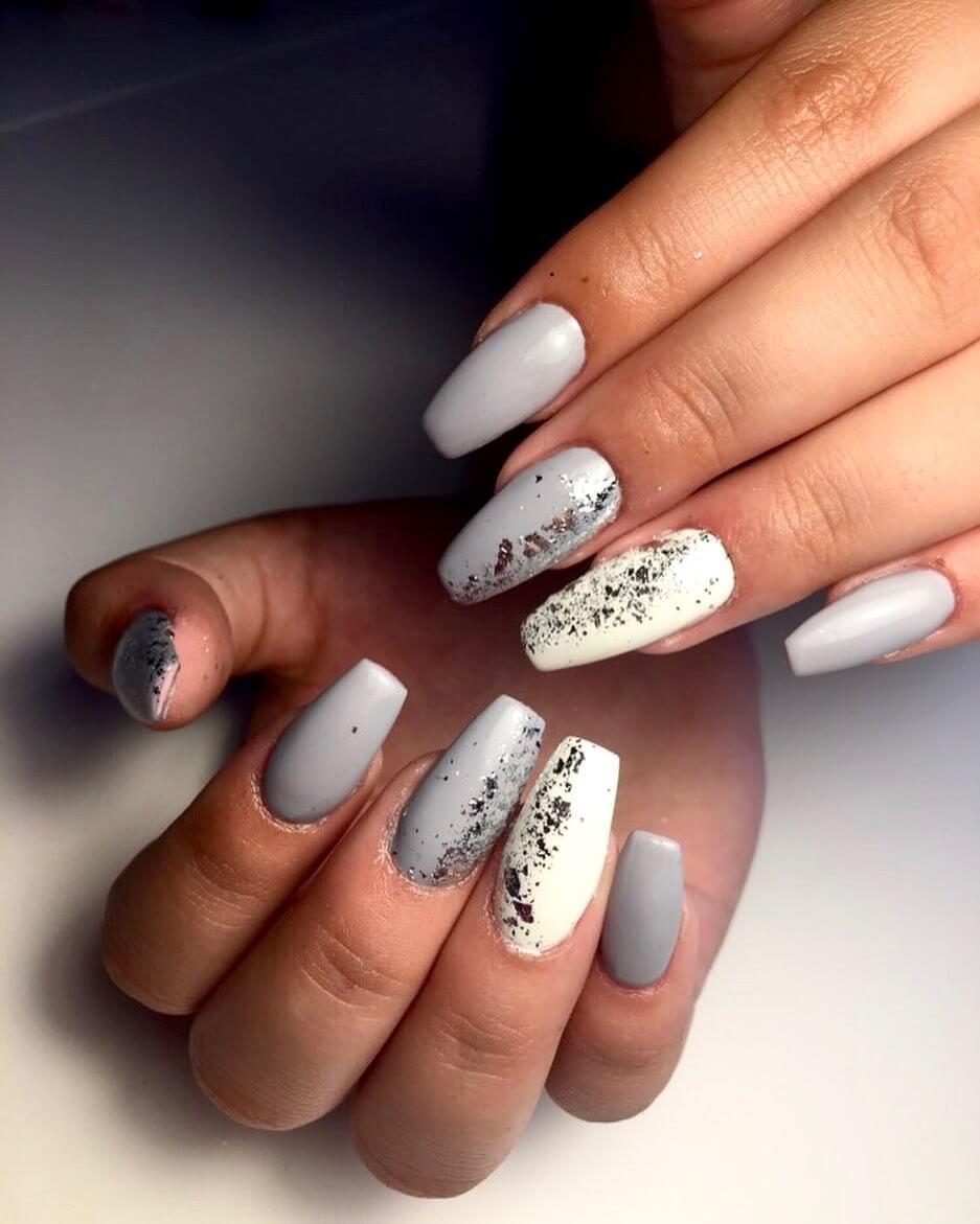 uñas decoradas blancas y gris plata