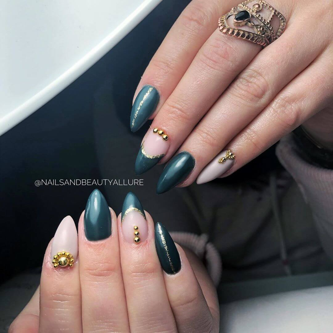 uñas decoradas color verde con piedritas