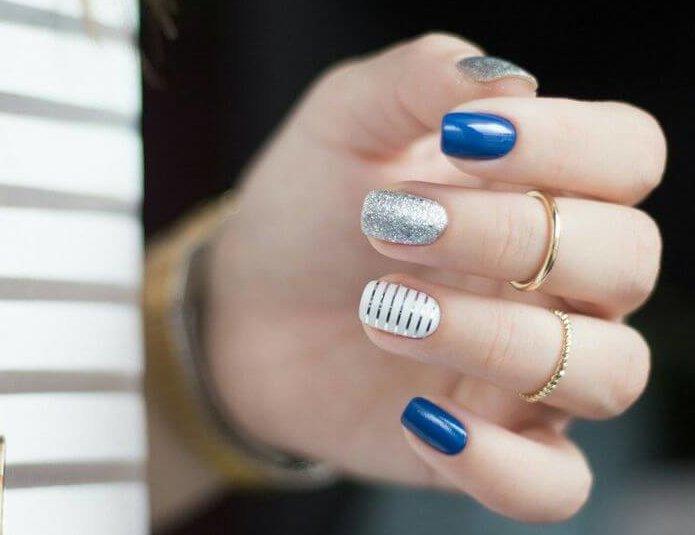 uñas decoradas plateadas con azul