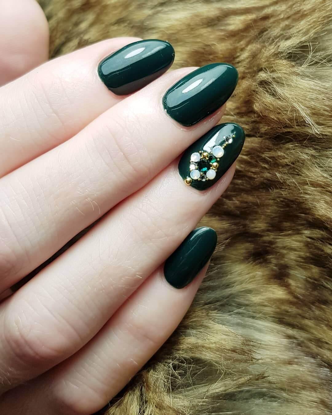 uñas elegantes color verde con piedritas