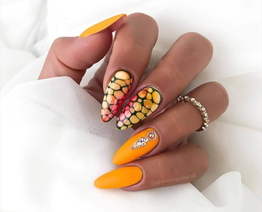 uñas elegantes decoradas en color naranja