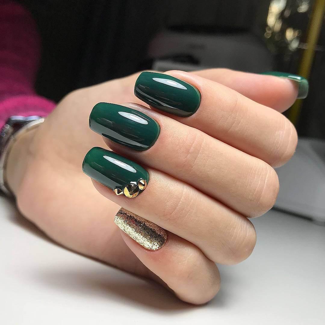 uñas elegantes verdes y doradas