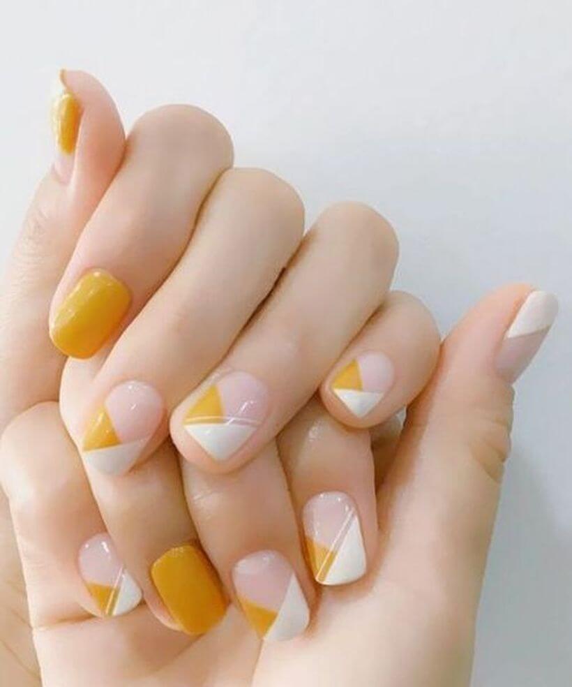 uñas en amarillo mostaza y blanco