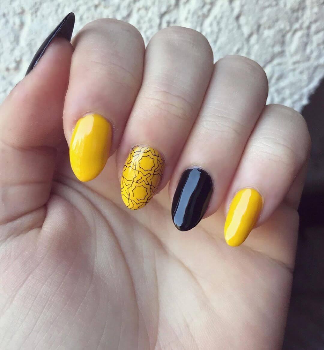 uñas estampadas amarillo y negro