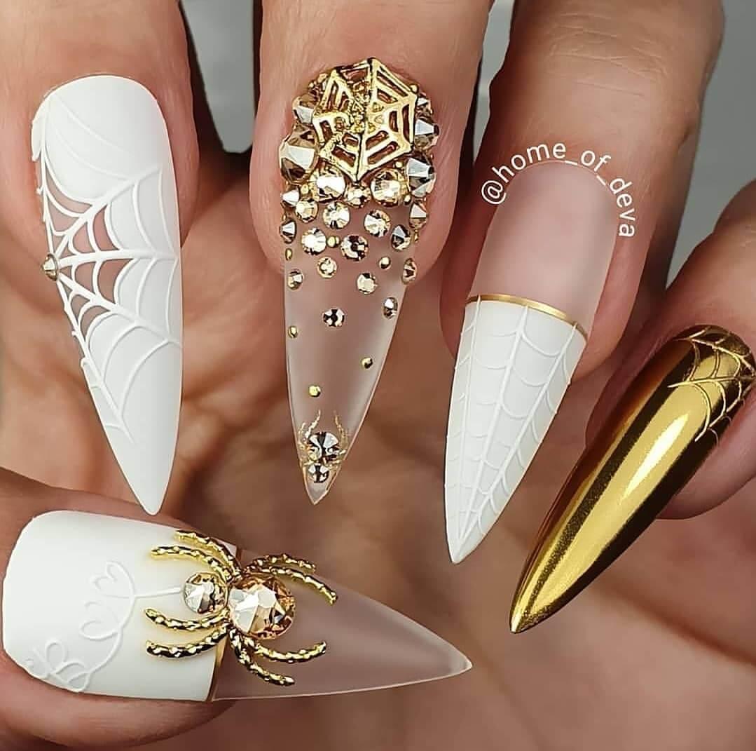 uñas halloween elegantes blancas y doradas