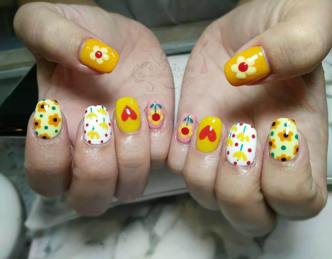 uñas juveniles decoradas amarillas