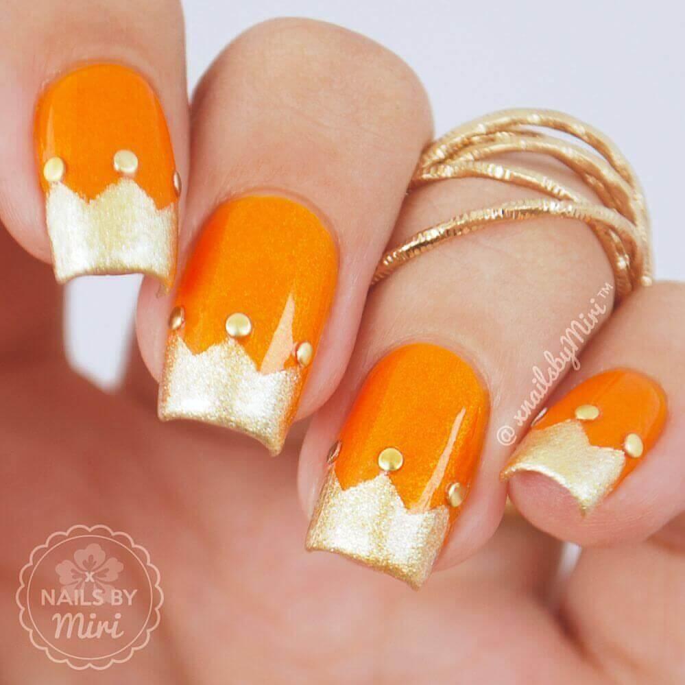 uñas naranja con dorado