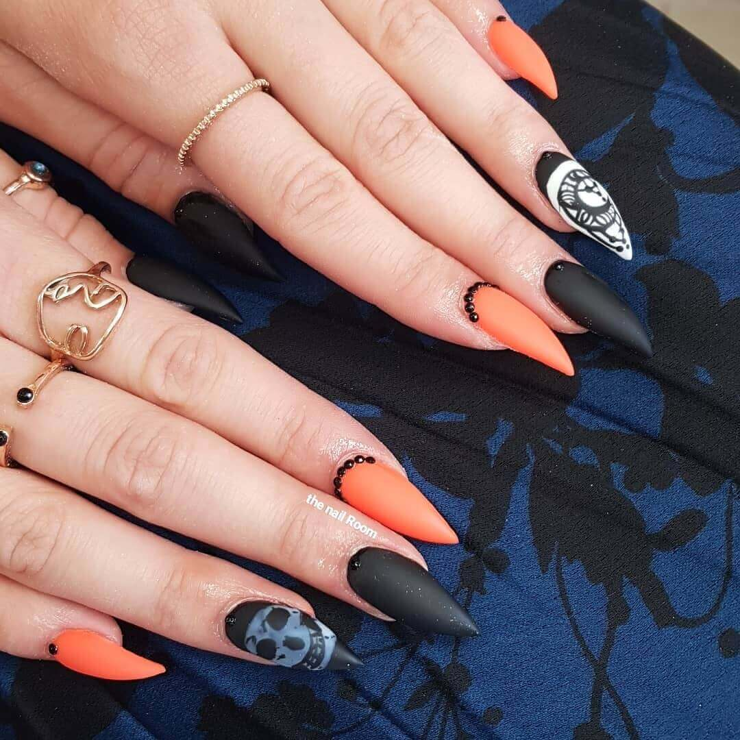 uñas naranja con negro