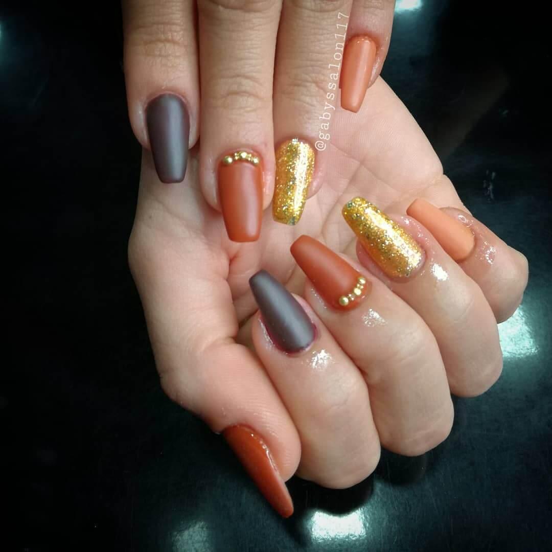 uñas naranja mate con dorado