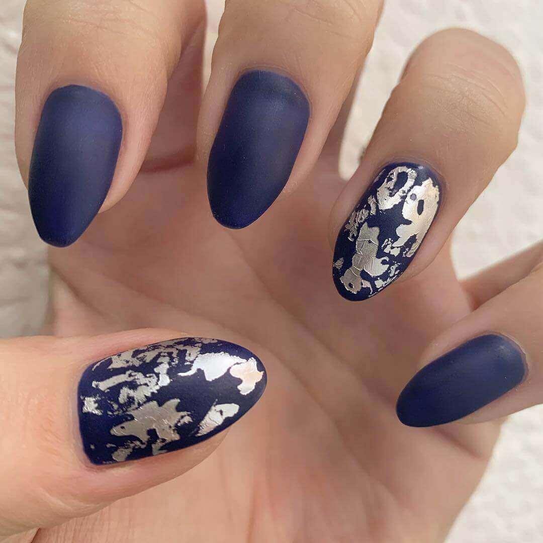 uñas plateadas con azul mate