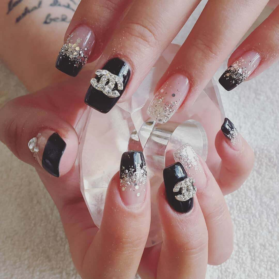 uñas plateadas con negro chanel