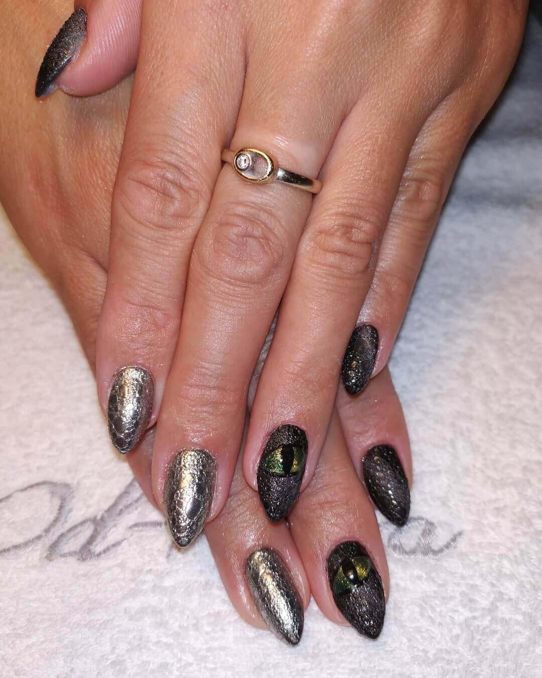 uñas plateadas con negro texturadas