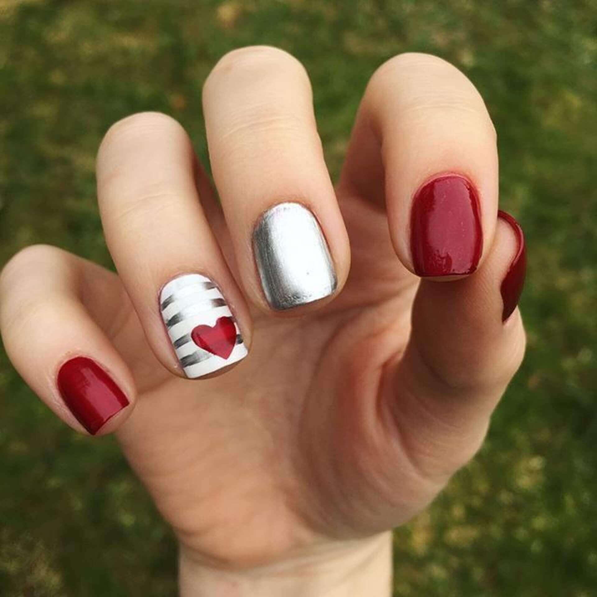 uñas plateadas con rojo diseño con corazones