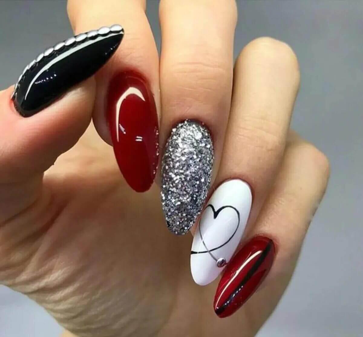 uñas plateadas con rojo negro y blanco
