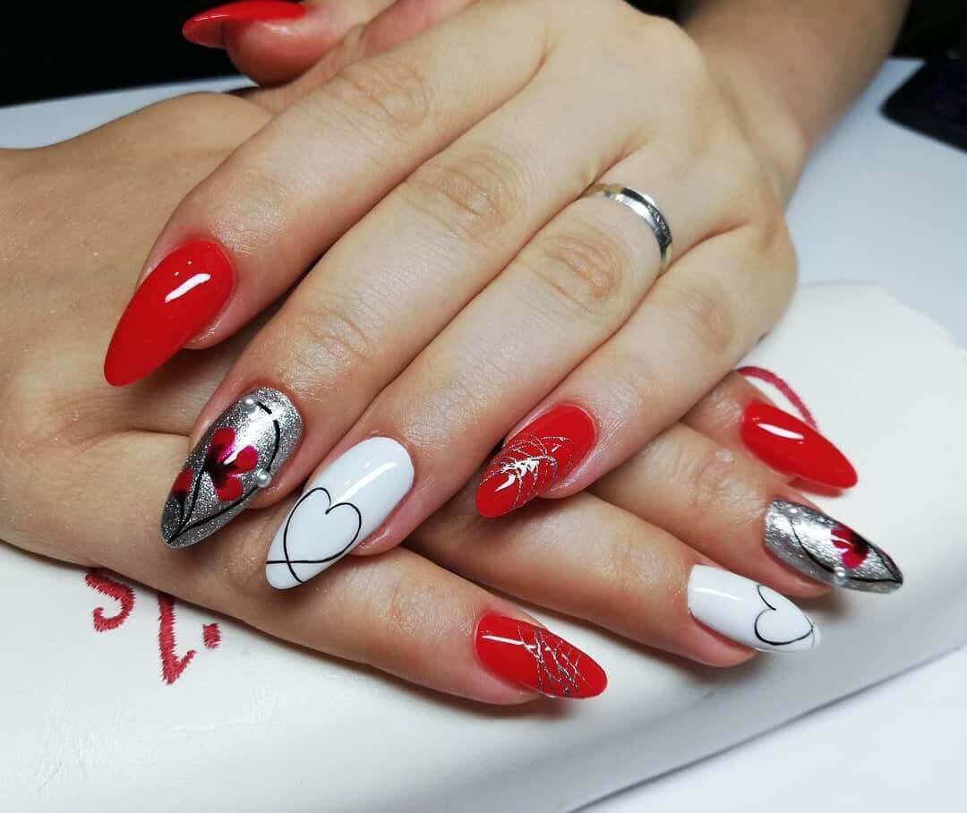 uñas plateadas con rojo y blanco