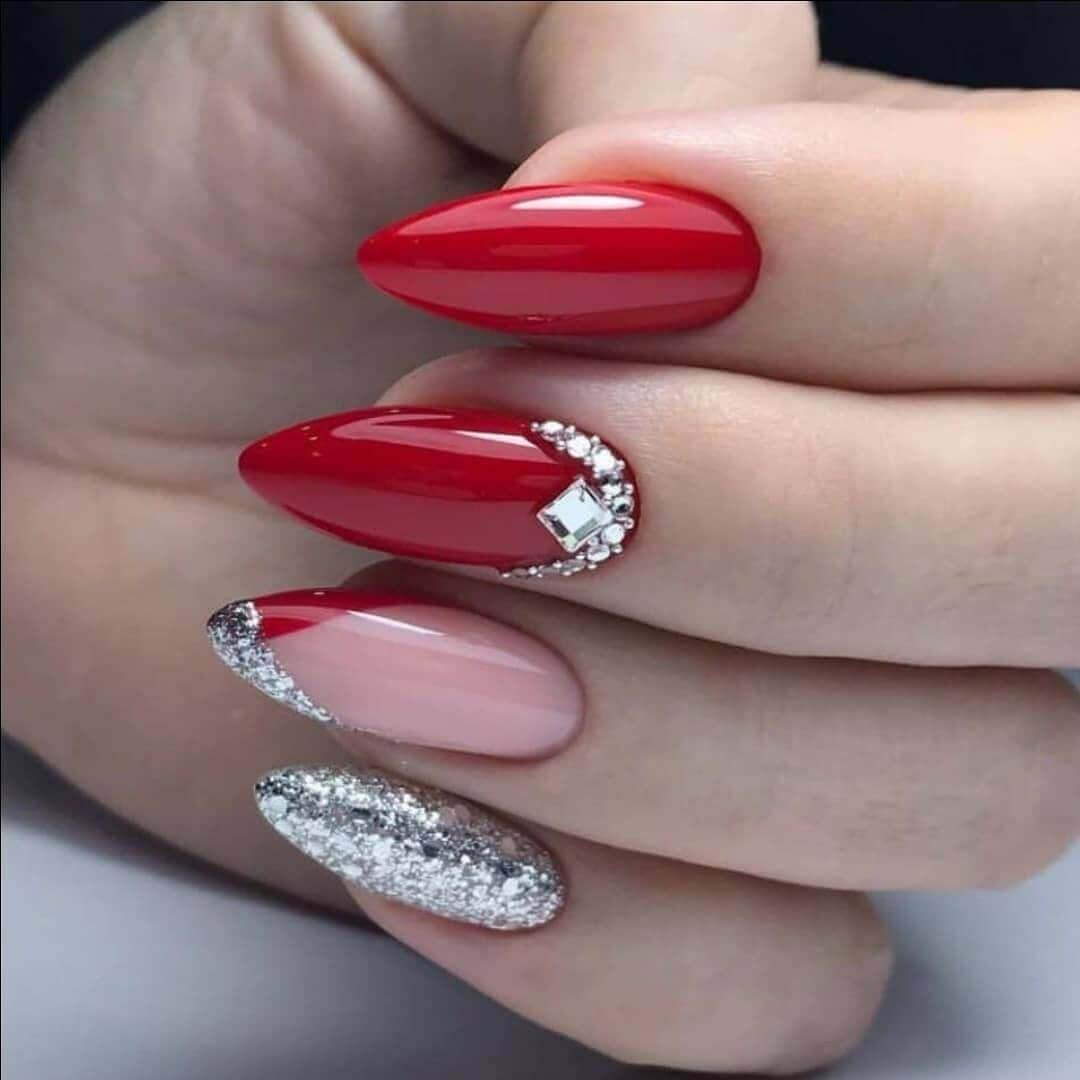 uñas plateadas con rojo y piedras