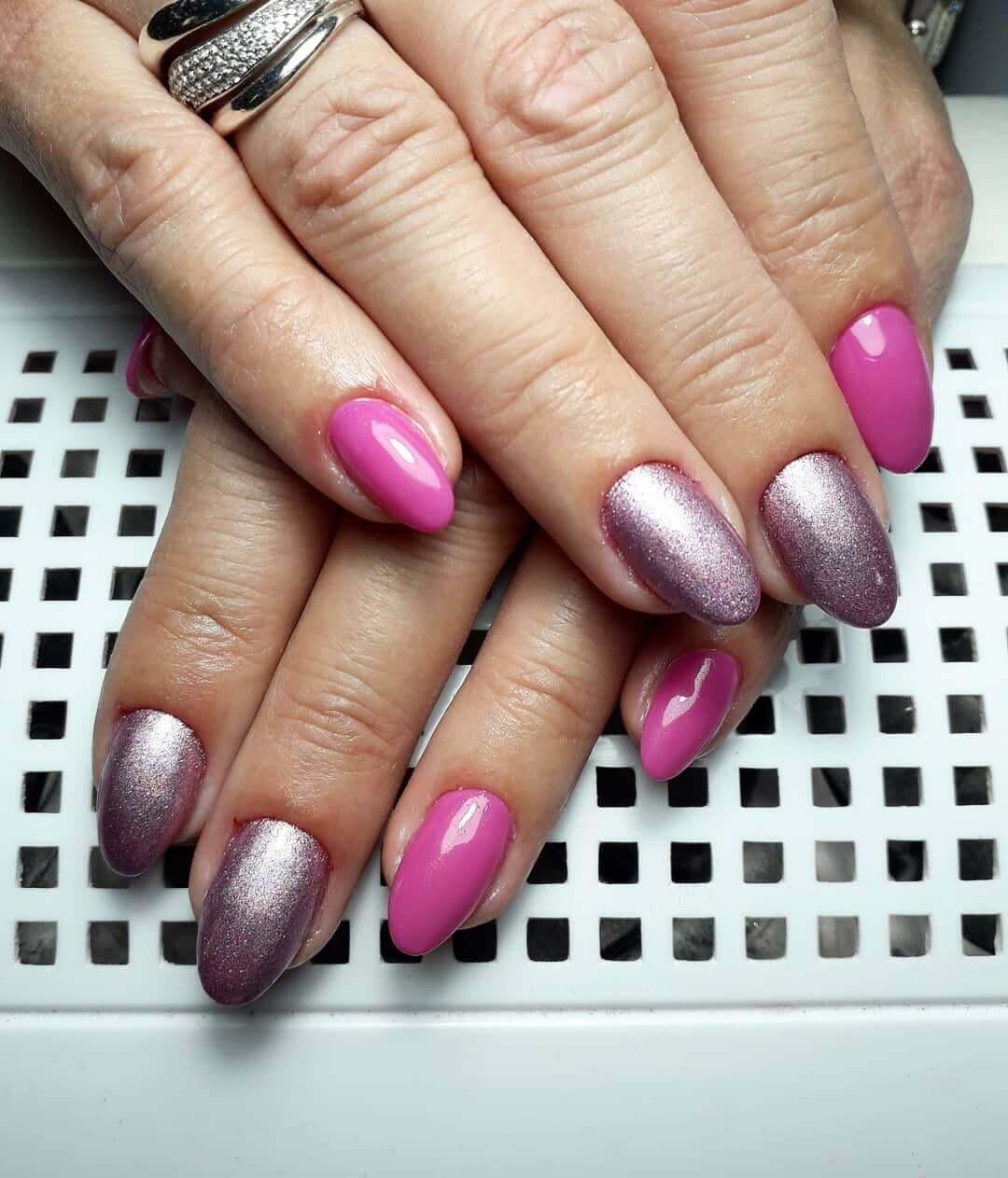 uñas plateadas con rosa chicle