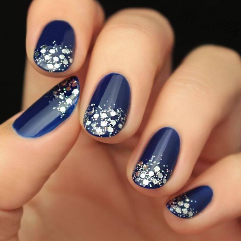 uñas plateadas y azules