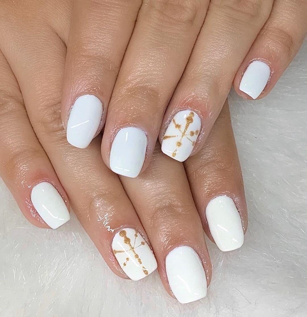 uñas sencillas blancas y doradas