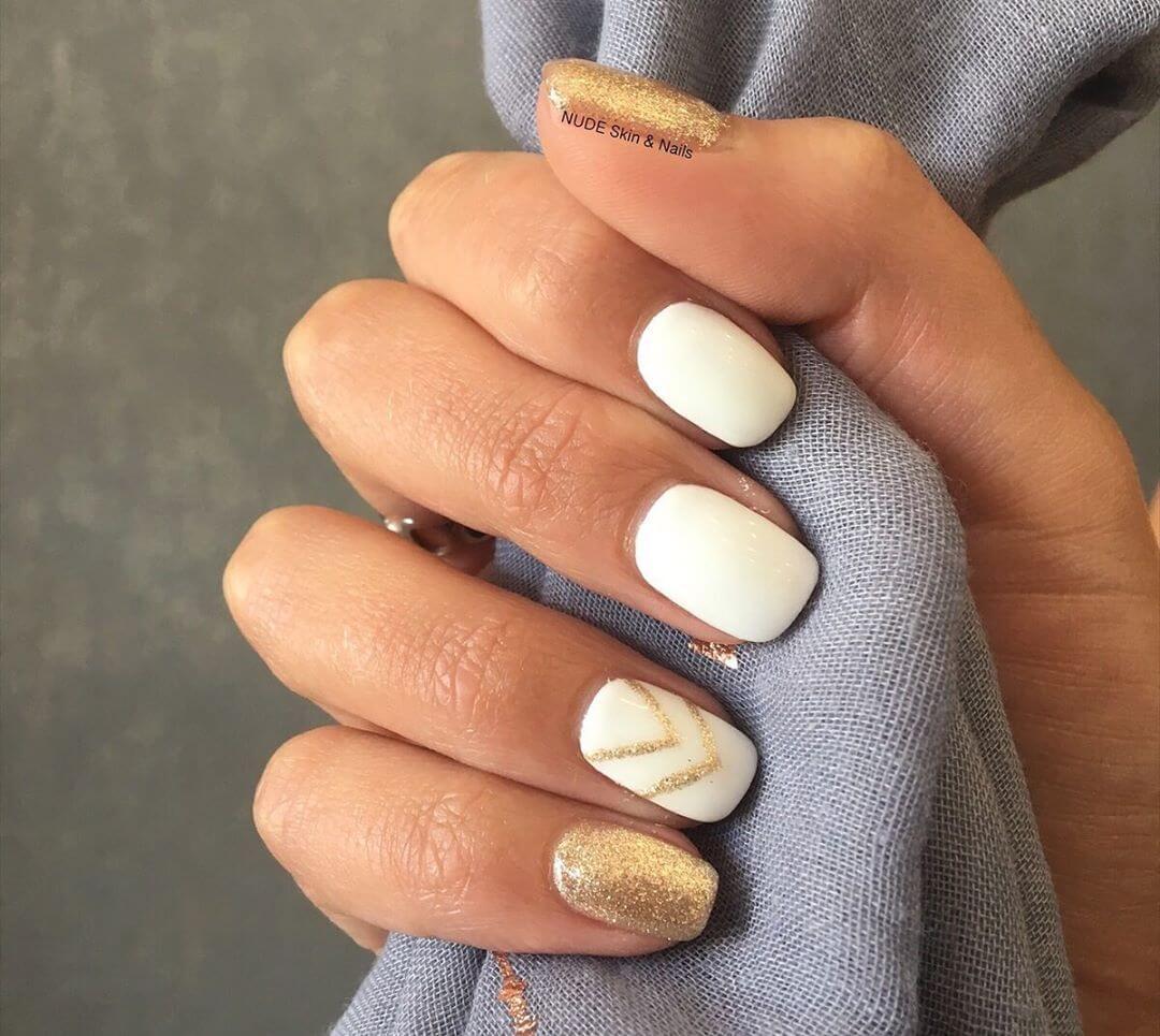 uñas simples blancas con dorado