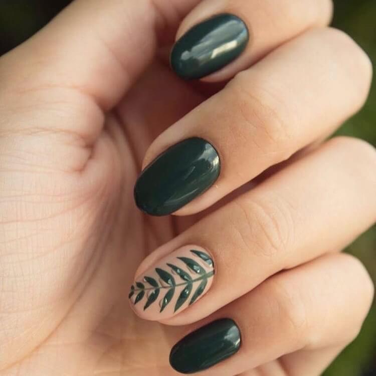 uñas verde con diseño de hojas