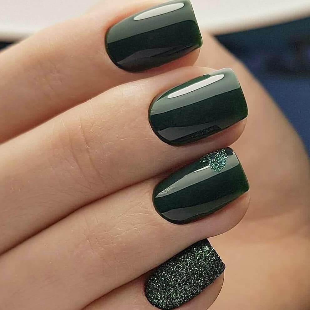 uñas verde oscuro con brillo