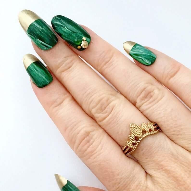 uñas verdes con francesa dorada