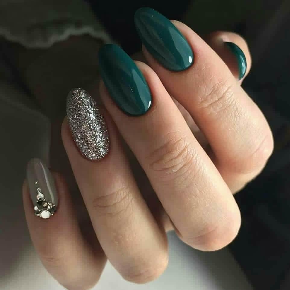 Uñas verdes con plata