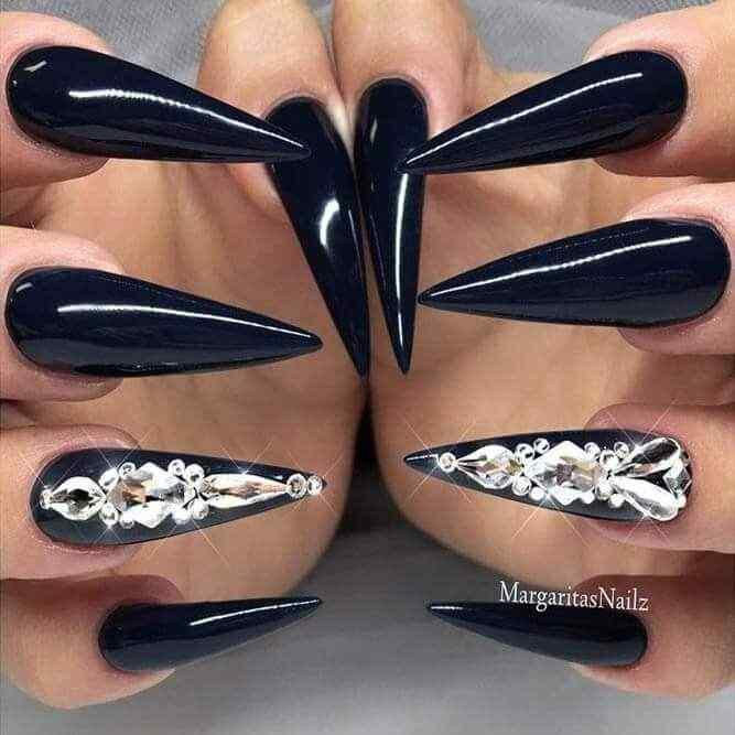 uñas acrilicas negras con piedras