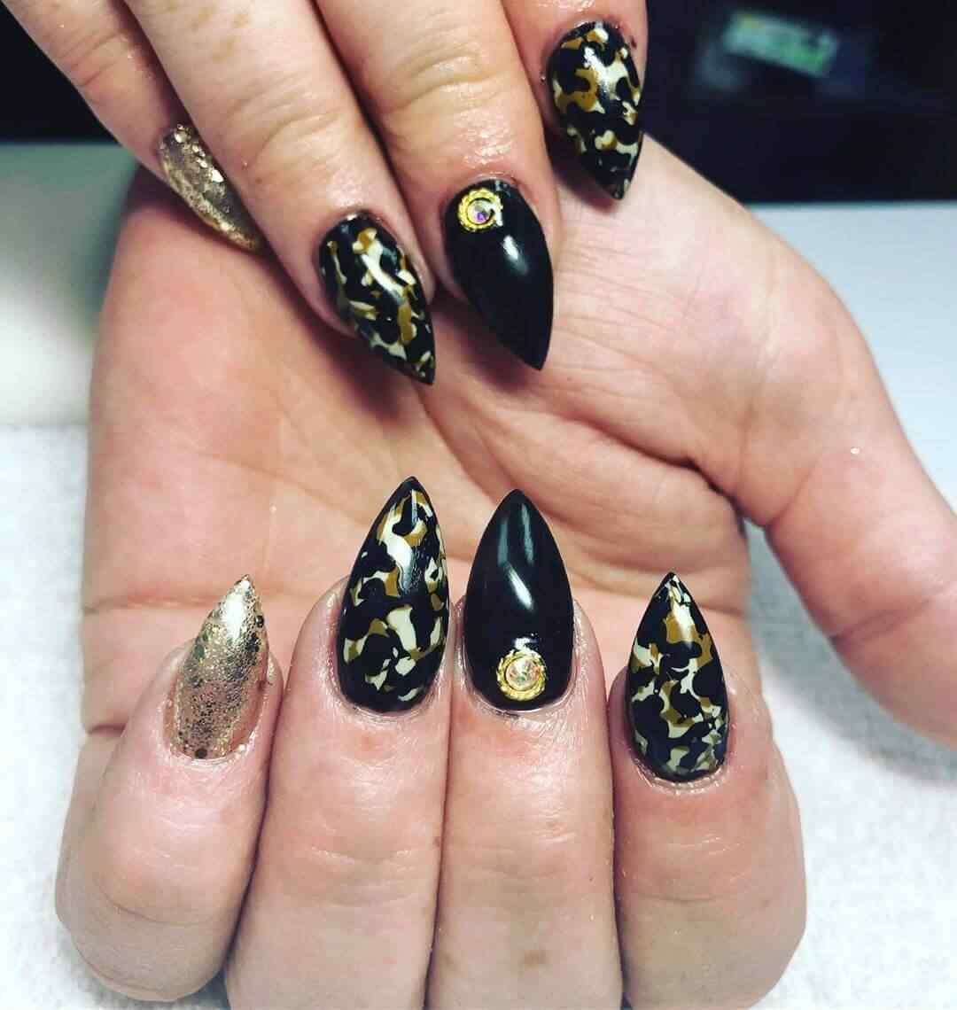 unas almendra negras y dorado