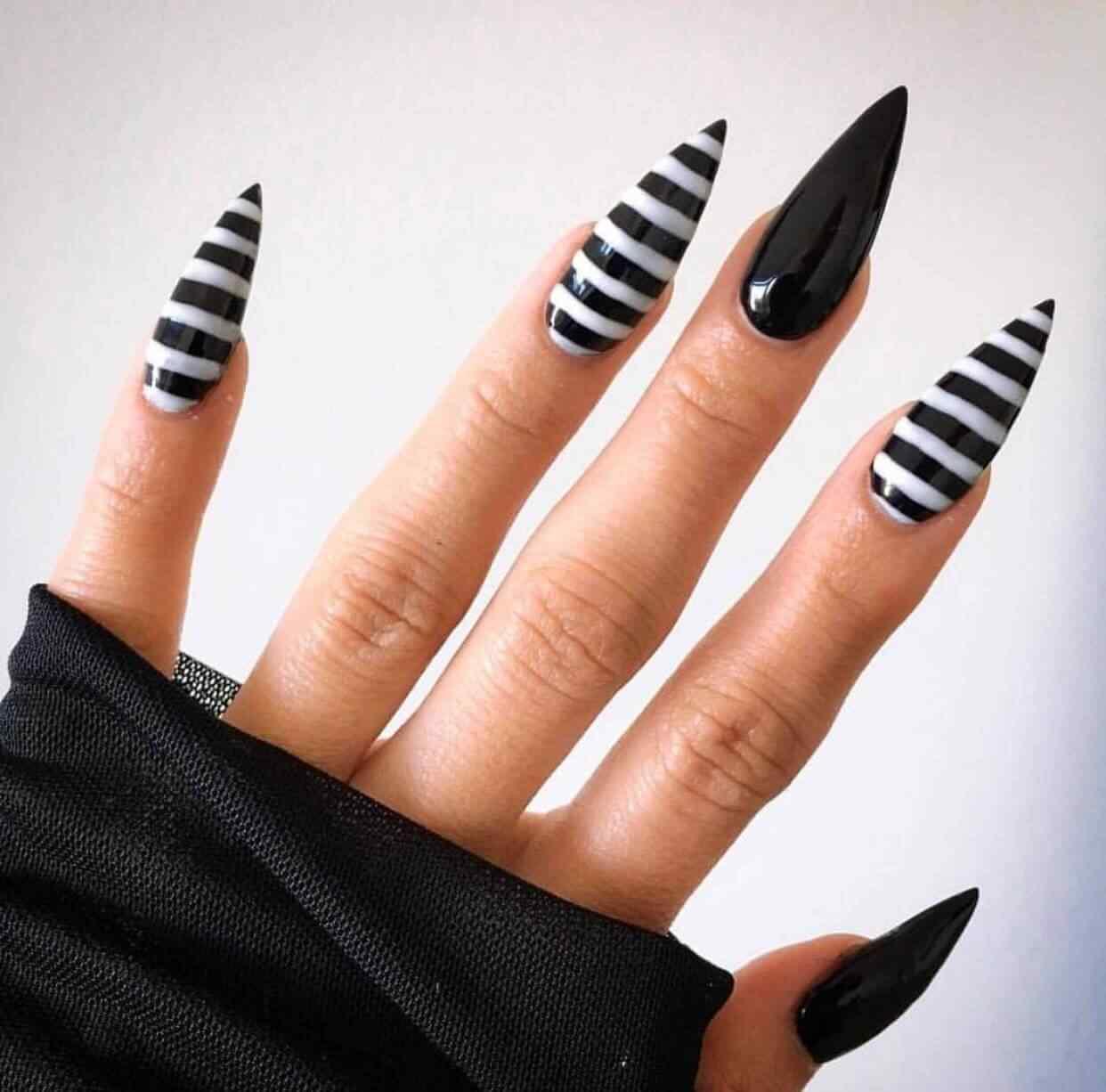 uñas blancas y negras bruja