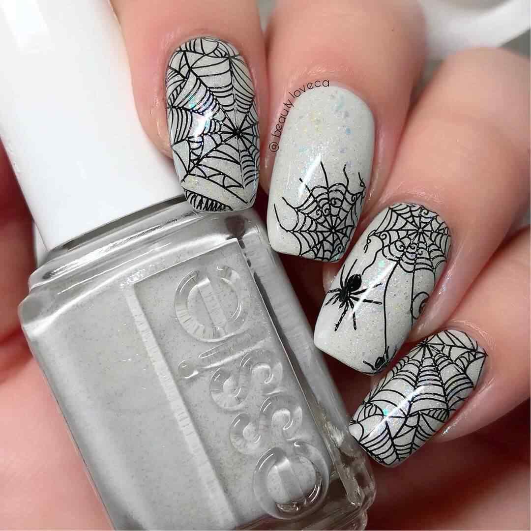 uñas con estampado de arañas