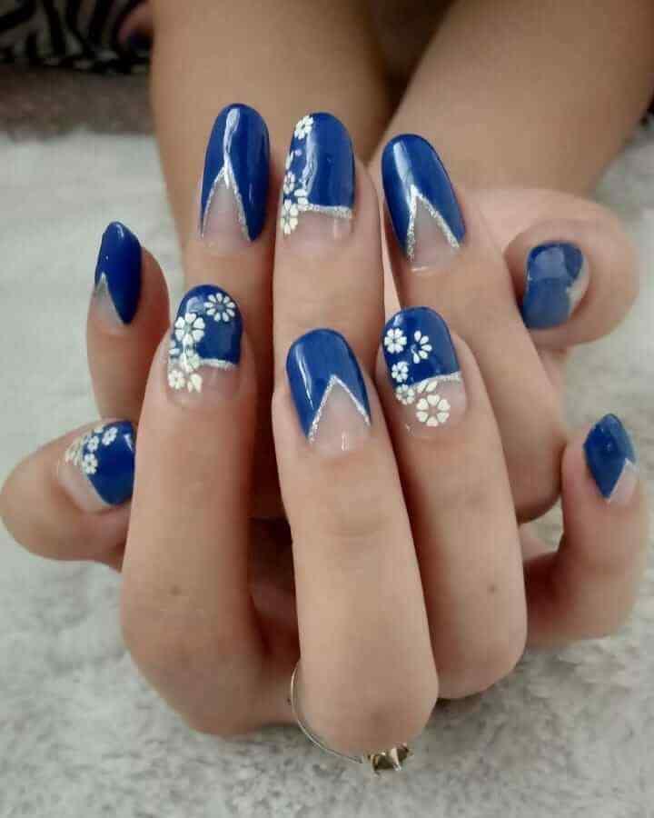 uñas de navidad azules con blanco