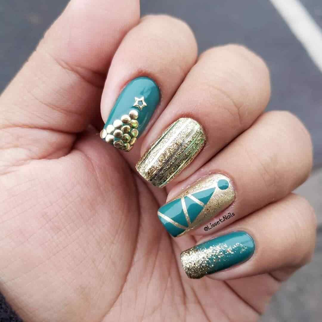 uñas de navidad verdes y doradas