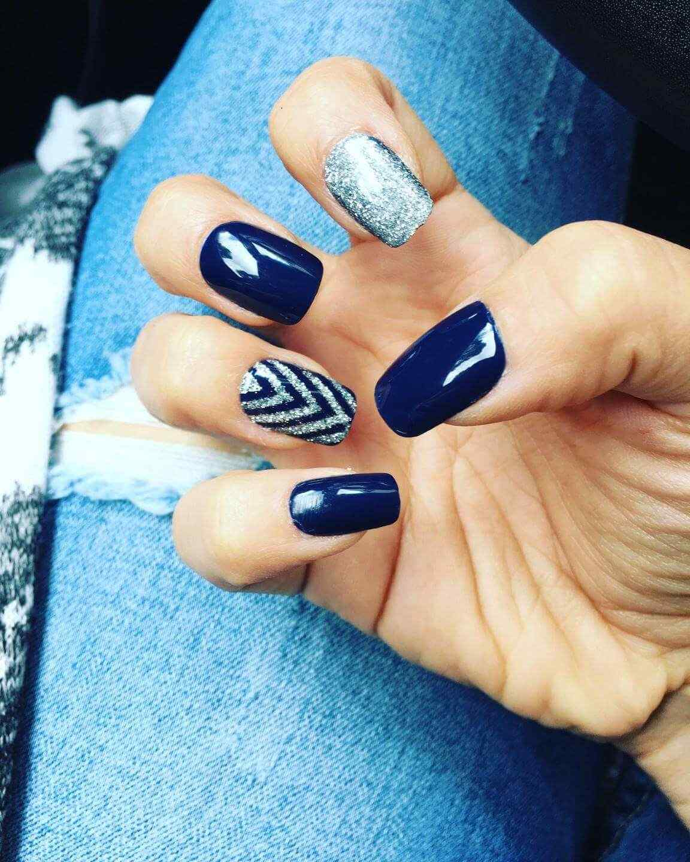 uñas decoradas azul y plata